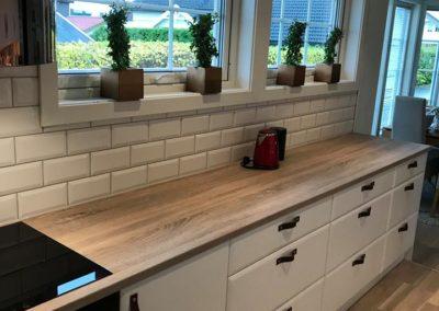renovert kjøkken med hvite fliser og parkett