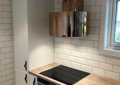kobber ventilator og detaljerte skinnhåndtak på kjøkken