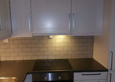 flislegger har lagt flis på kjøkken - renovert kjøkken