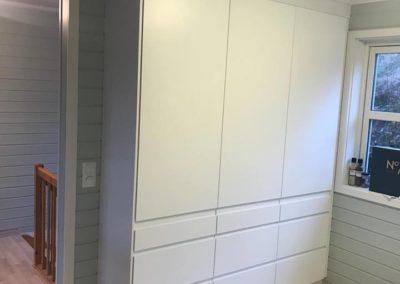 høyskap på kjøkken med hvite fronter og flott parkett