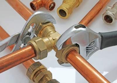 rørlegger monterer rør ved oppussing av bad