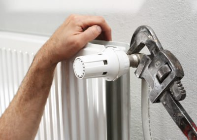 proff rørlegger monterer radiator