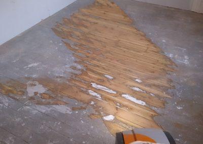 gammelt gulv som delvis er slipt ned