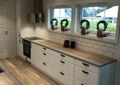renovert kjøkken og lagt ny hvit flis av flislegger